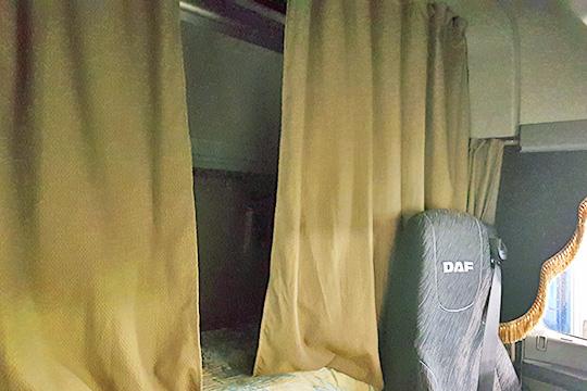 Верхнее спальное место легко можно легко поднять или опустить, а нижнее может служить не только кроватью, но и удобным диваном