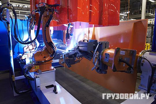 Роботов-сварщиков иногда подменяют сотрудники завода в Эйндховене